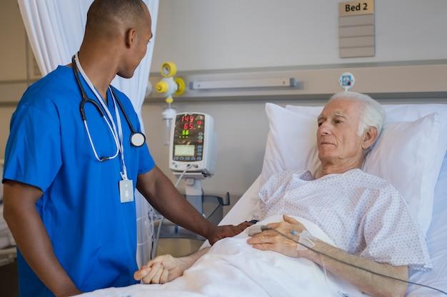 Medico che esamina uomo senior