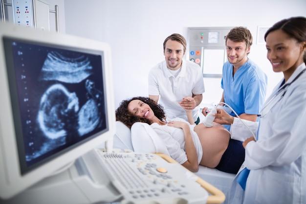 Medico che fa ecografia per la donna incinta