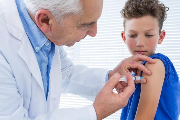 Medico che fa l'iniezione al paziente