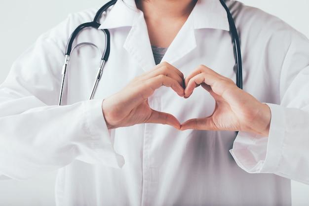 Medico che fa le mani a forma di cuore