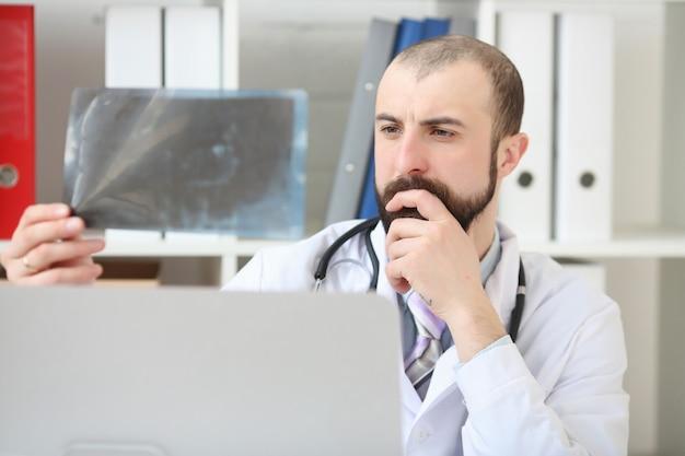 Medico che guarda i raggi x