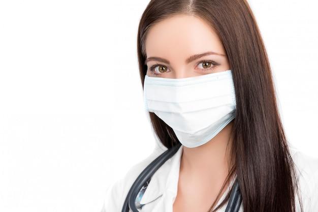 Medico che indossa una maschera chirurgica