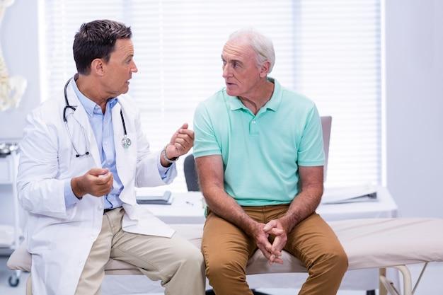 Medico che interagisce con il paziente anziano