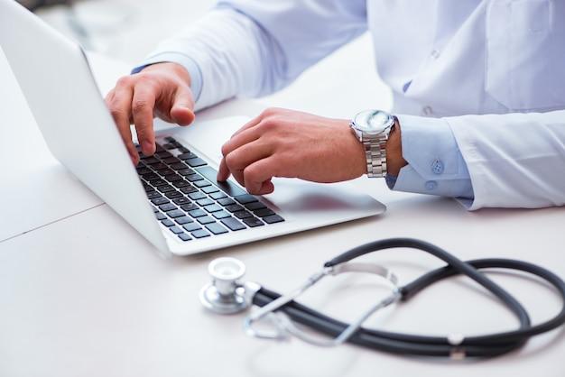 Medico che lavora al computer
