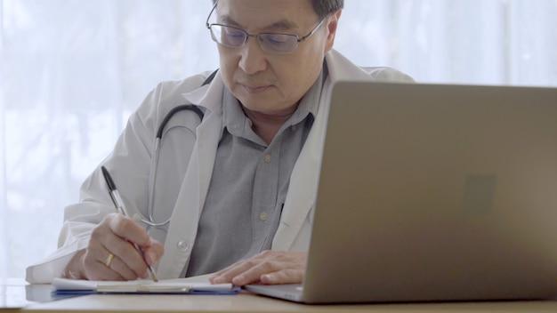 Medico che lavora con i dati sanitari del paziente nell'ufficio dell'ospedale.