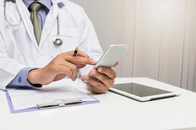 Medico che lavora con smart phone moderno, concep di rete medica.