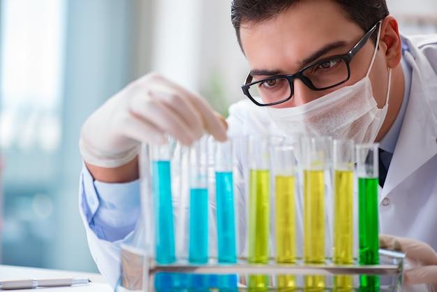Medico che lavora in laboratorio