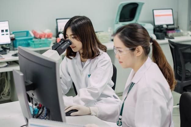 Medico che lavora per l'analisi dei campioni di sangue in laboratorio di ricerca scientifica.