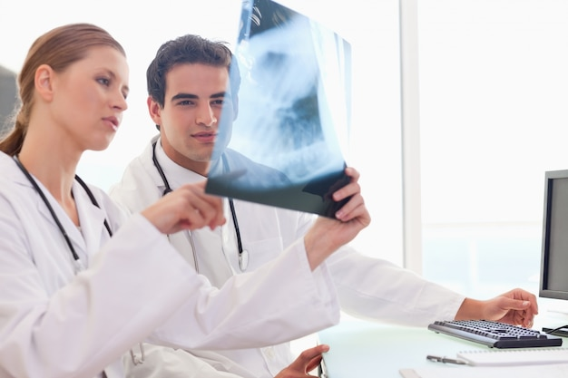 Medico che mostra al suo collega una radiografia