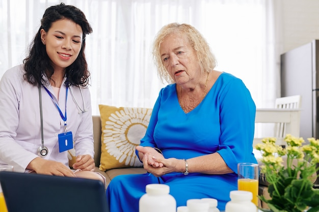 Medico che mostra le informazioni sullo schermo del tablet al paziente