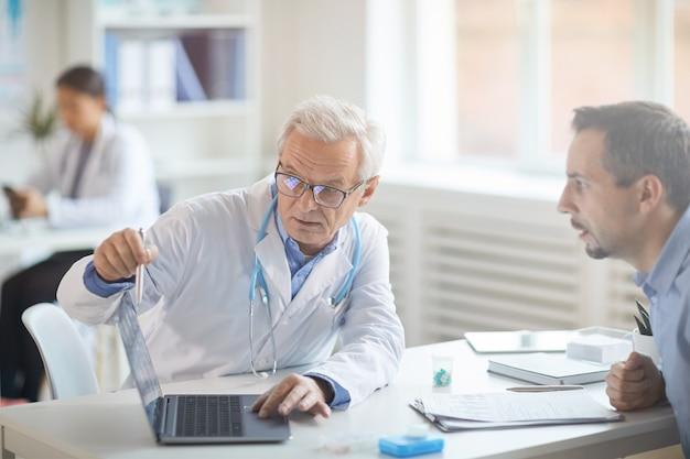 Medico che parla con il paziente della malattia