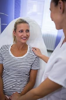 Medico che parla con paziente femminile