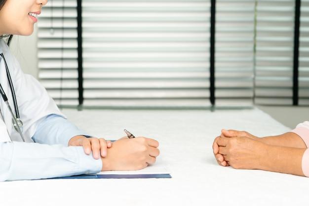 Medico che parla con paziente passa il primo piano.