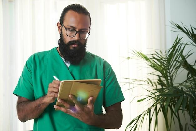 Medico che prende appunti elettronici