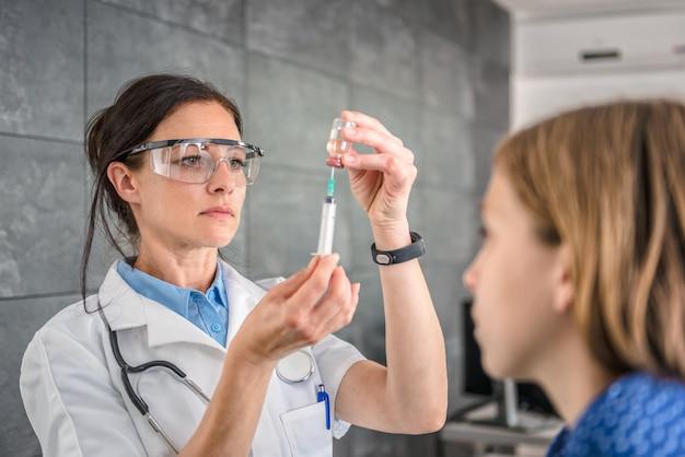 Medico che prepara un vaccino per iniettare in un paziente