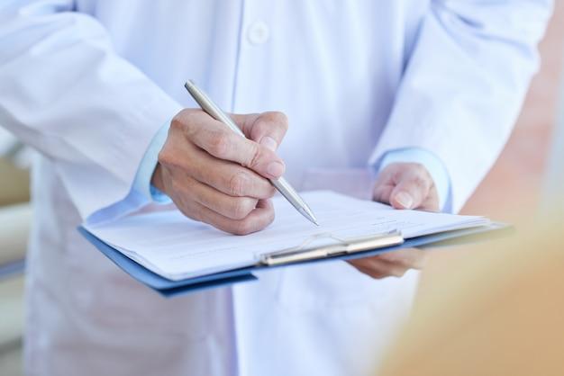 Medico che prescrive un farmaco