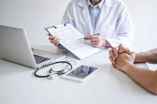 Medico che presenta un rapporto di diagnosi, un sintomo di malattia e raccomanda un metodo