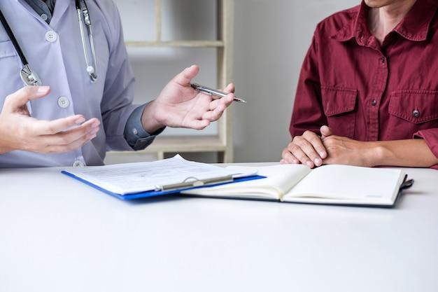 Medico che presenta un rapporto e raccomanda un metodo con il trattamento del paziente