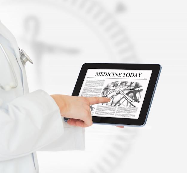 Medico che punta sulla tavoletta digitale