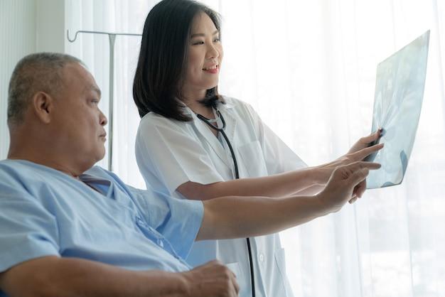 Medico che spiega i risultati dei test a raggi x ai pazienti