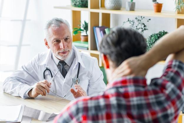 Medico che spiega il trattamento al paziente