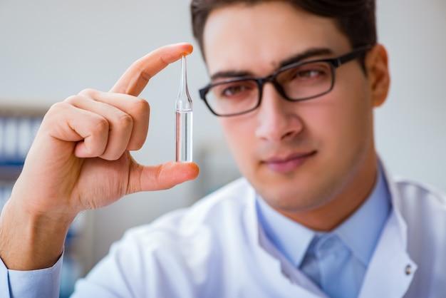 Medico che tiene le medicine in laboratorio