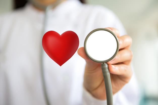 Medico che tiene uno stetoscopio