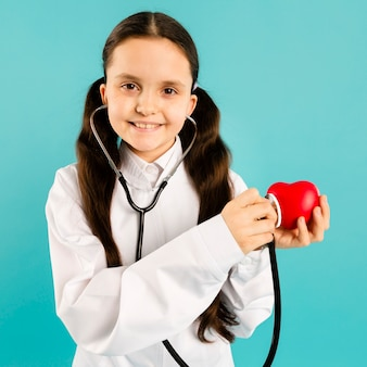 Medico che usando alto vicino dello stetoscopio