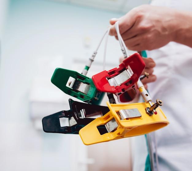 Medico con attrezzatura per elettrocardiogramma che effettua test cardiogramma