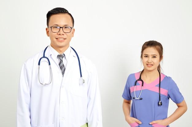 Medico con l'infermiera su sfondo bianco