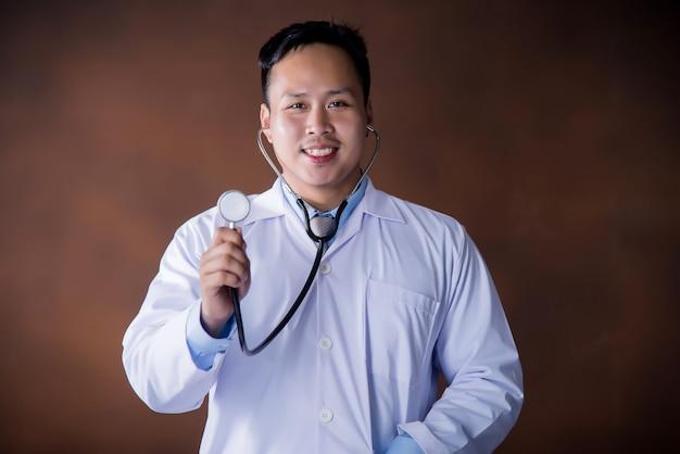 Medico con stetoscopio, medico che lavora in ospedale