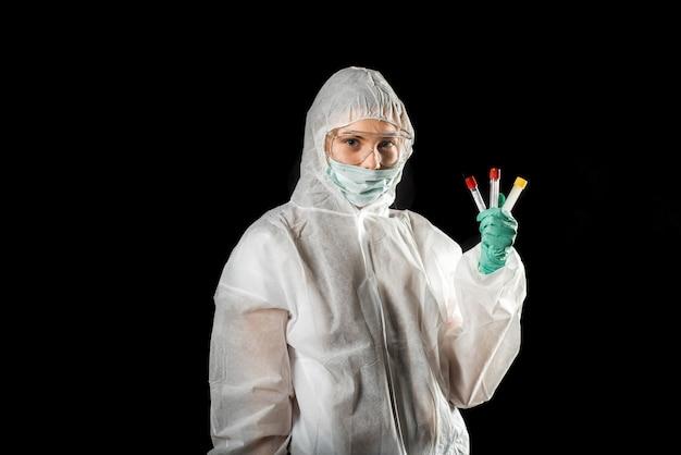 Medico con tuta protettiva e campioni di sangue