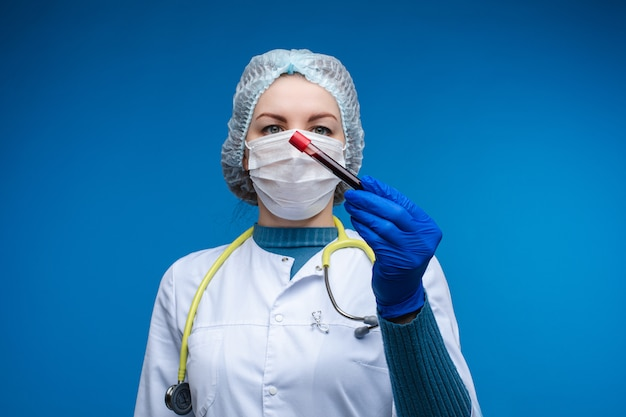 Medico con un esame del sangue in provetta