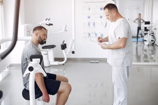 Medico con un paziente in clinica di fisioterapia