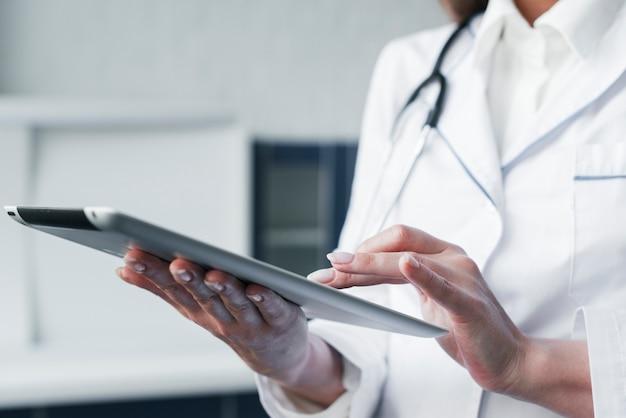 Medico con uno stetoscopio e un tablet