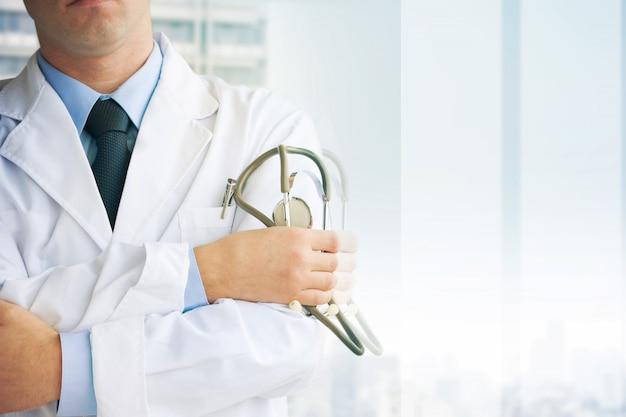 Medico con uno stetoscopio