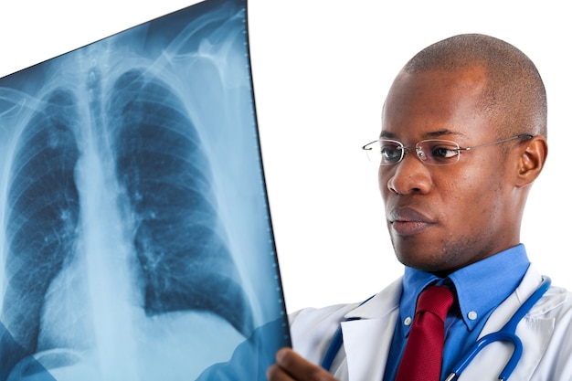 Medico controllando una radiografia