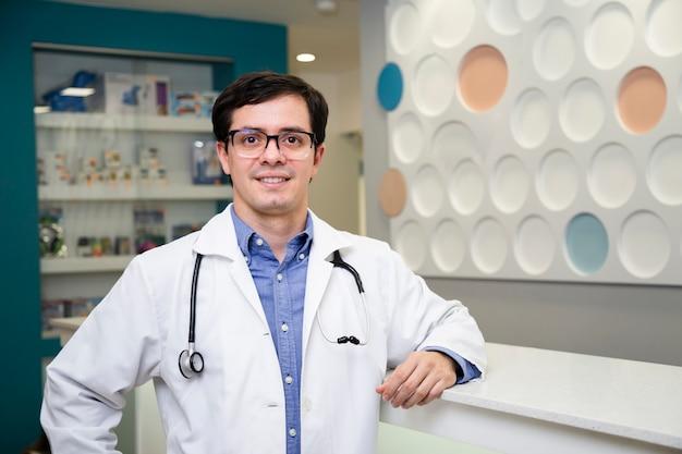 Medico del colpo medio che posa in un cappotto del laboratorio