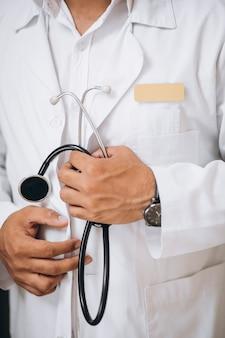 Medico del medico ad una fine della clinica in su