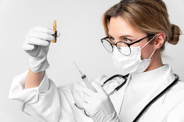Medico del primo piano che prepara trattamento medico