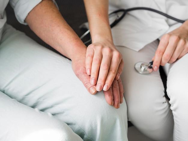 Medico del primo piano con il paziente