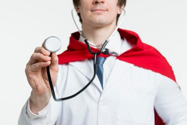 Medico del primo piano con lo stetoscopio