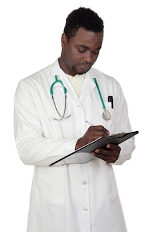 Medico dell'uomo dell'afroamericano che scrive sopra una priorità bassa bianca