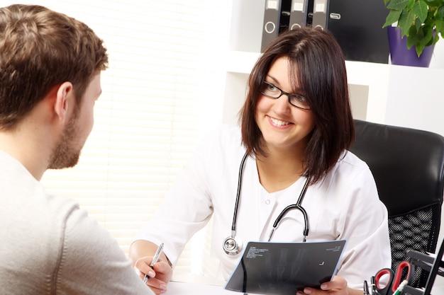 Medico della donna che parla con il paziente