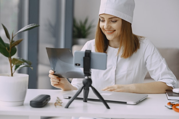 Medico della donna che registra video del vlog su medicin