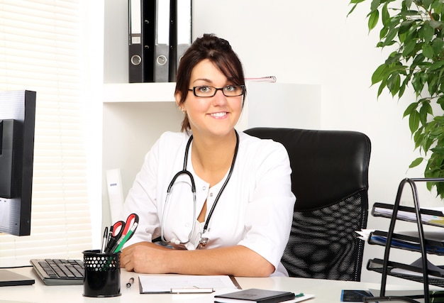 Medico della giovane donna nel suo ufficio