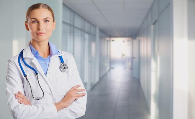 Medico della giovane donna sullo sfondo della clinica.