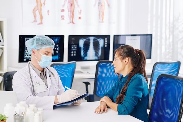 Medico di base a parlare con il paziente