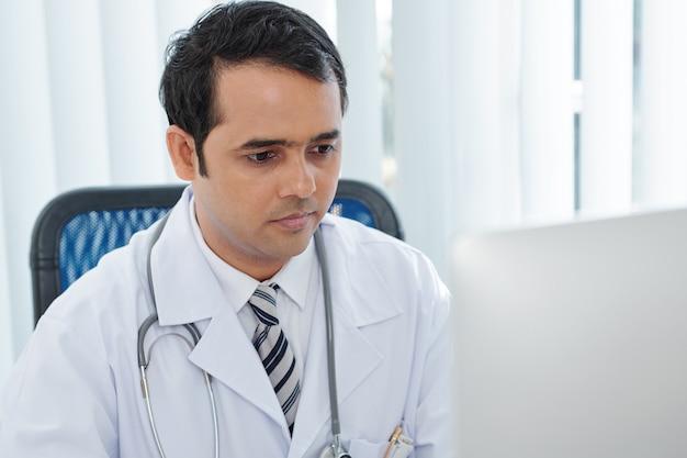 Medico di base che legge le e-mail