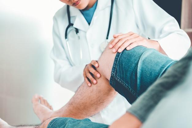 Medico di consulenza con il paziente